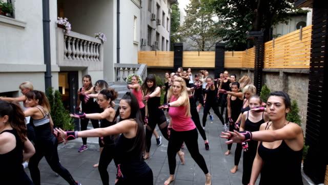 Frauen im Health Club trainieren