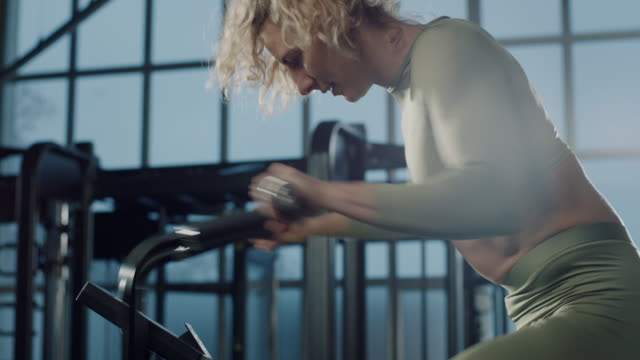 stockvideo's en b-roll-footage met vrouwen die in de gymnastiek trainen - cardiovasculaire training