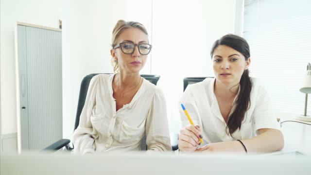 Frauen zusammen im Büro arbeiten.