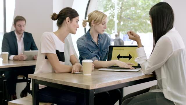 women working together on presentation - strategia di vendita video stock e b–roll