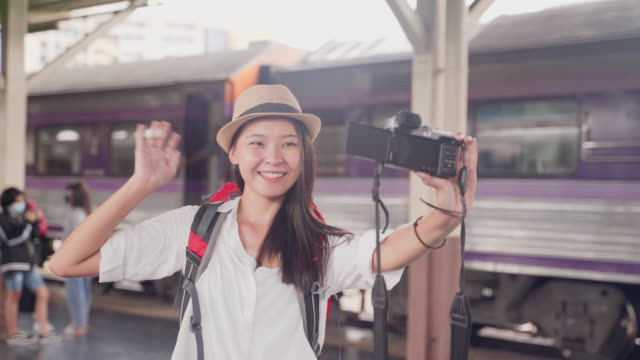 women's bloggers using digital camera take photography and video making video blog guide to tourist attractions to publish a tour on her channel at  landmark of bangkok in thailand - digital camera stock videos & royalty-free footage