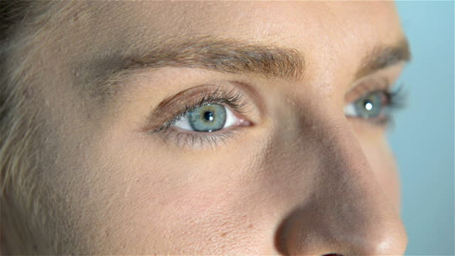 女性青い目 - 瞬き点の映像素材/bロール