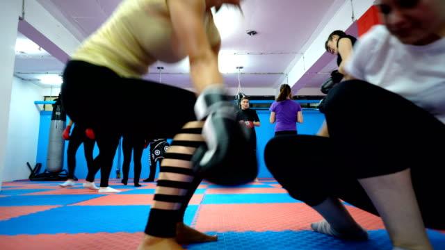 vídeos y material grabado en eventos de stock de entrenamiento de boxeo de las mujeres - instructor oficio