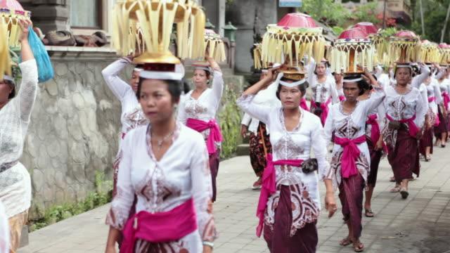 vídeos y material grabado en eventos de stock de ms womens dressed up with typical clothes walking in parade / bali, indonesia - cultura indonesia
