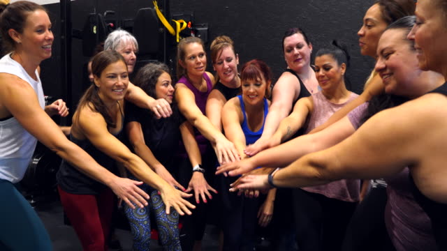 vidéos et rushes de ms womens fitness class celebrating after workout in gym - seulement des femmes