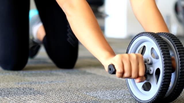 vídeos de stock, filmes e b-roll de a aptidão no ginásio - músculo humano