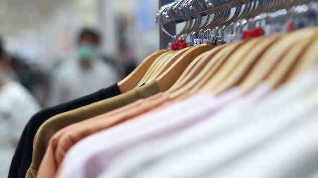 服ラックを見ているcu女性の手 - シャツ点の映像素材/bロール
