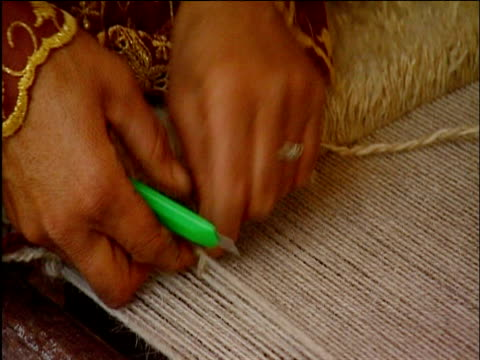 vidéos et rushes de women's hands weaving persian carpets from balls of wool shiraz - tisser