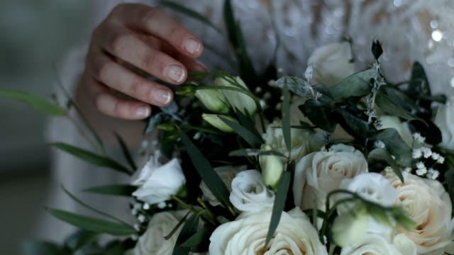 vidéos et rushes de mains de femmes avec des fleurs - membres du corps humain