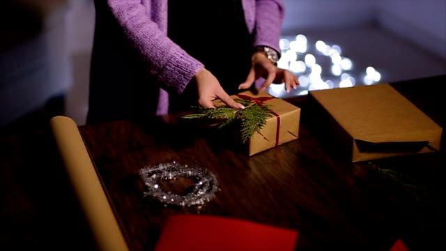 Donna mani confezionamento dei regali di Natale a casa