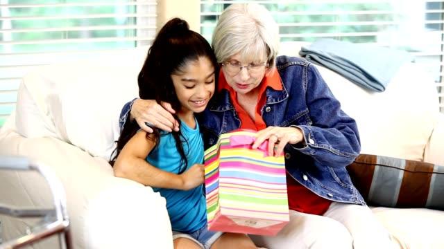 vídeos y material grabado en eventos de stock de salud de la mujer - regalo para la abuela. - vivienda con asistencia