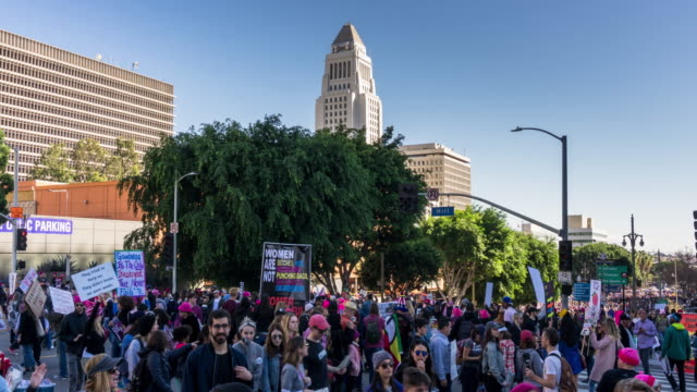 vídeos de stock, filmes e b-roll de women's march 2018 by los angeles city hall - time lapse - marchando