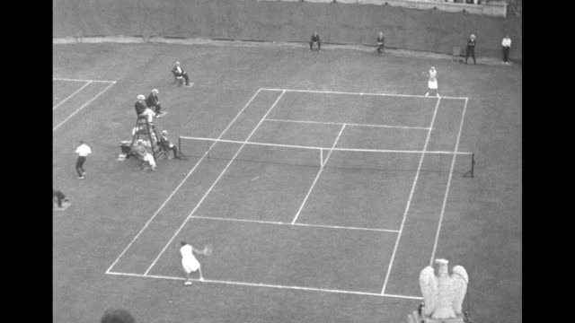 vídeos y material grabado en eventos de stock de vs women's singles championship match between betty nuthall and anna harper / chair umpire and other officials turn their heads to follow the action... - marcar términos deportivos