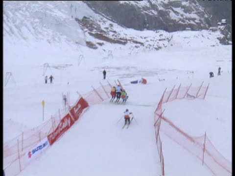 women's ski cross race won by sasa faric two competitors crash into each other and tumble to the ground 2004 freestyle fis world cup saasfee valais... - spielkandidat stock-videos und b-roll-filmmaterial