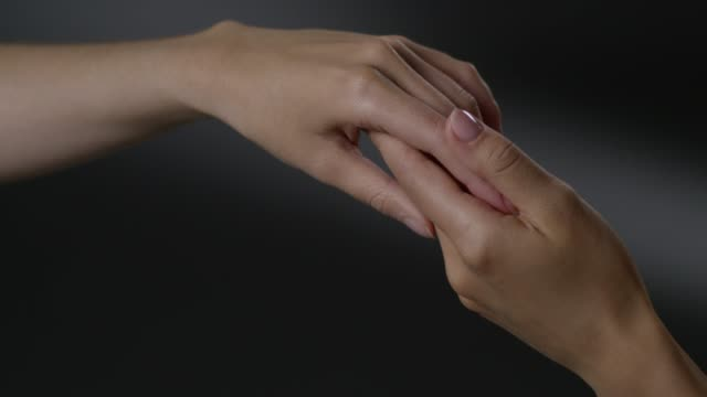 vídeos de stock e filmes b-roll de women`s touching hands. fashion video. - fragilidade