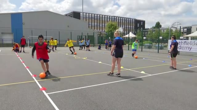 women's world cup 2019 england preparing to take on usa in semifinal england london southfields southfields academy ext various shots of pupils doing... - itv london lunchtime news点の映像素材/bロール