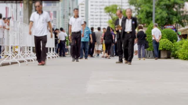 vídeos de stock e filmes b-roll de wonderlust - city breaks : 4k - time lapse : group of the crowd walking on the way.panning styles.hd format. - hd format