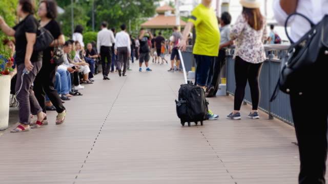 vidéos et rushes de wonderlust - city breaks: 4k - time lapse: groupe de la foule, marchant sur la way.zoom dans les styles. format de hd. - pince à papier
