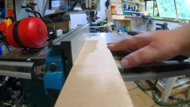 vidéos et rushes de pov de bois étant coupé avec une scie de bande - bricolage