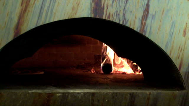 wood burning pizza-ofen - industrie ofen stock-videos und b-roll-filmmaterial