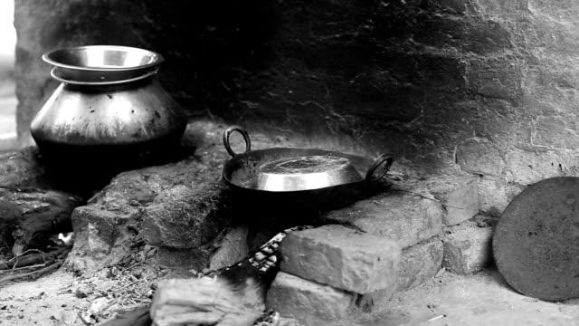 vídeos de stock e filmes b-roll de aquecedor a lenha a utilização da biomassa energia no espaço rural índia - domestic kitchen