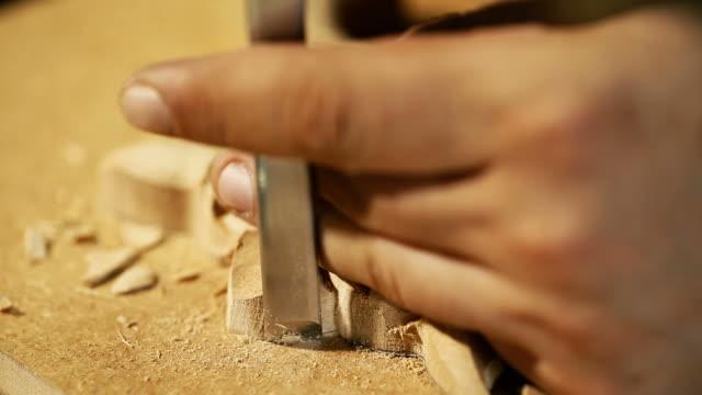 vídeos de stock, filmes e b-roll de wood carving master works - close up video shooting - entalhe