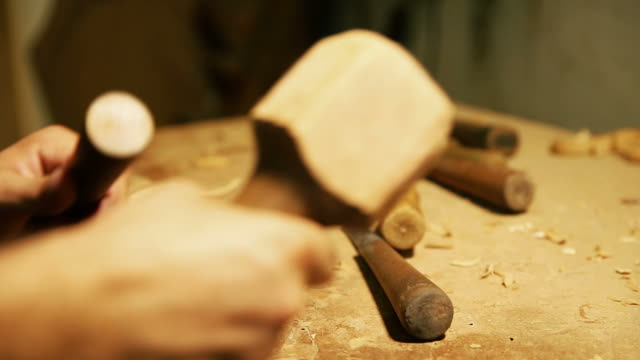 stockvideo's en b-roll-footage met wood carving master works - close up video shooting - snijwerk