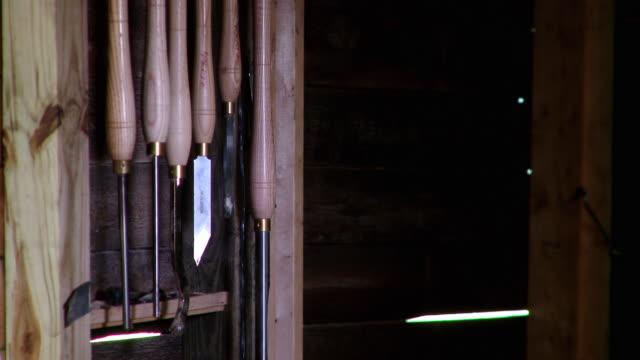 cu wood carving tools hanging on wall in workshop, live oak, florida, usa - einige gegenstände mittelgroße ansammlung stock-videos und b-roll-filmmaterial