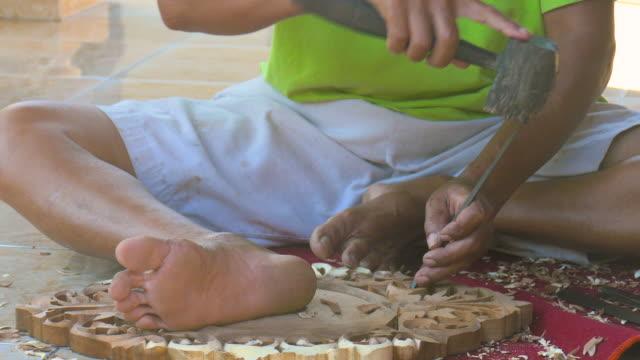 wood carving,ubud,bali,indonesia - auf dem boden sitzen stock-videos und b-roll-filmmaterial