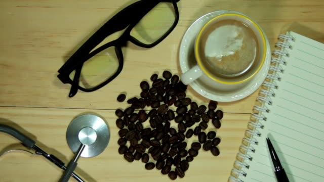 木のデスクとオフィス備品、コーヒーをお楽しみいただけます。 - 空白の画面点の映像素材/bロール