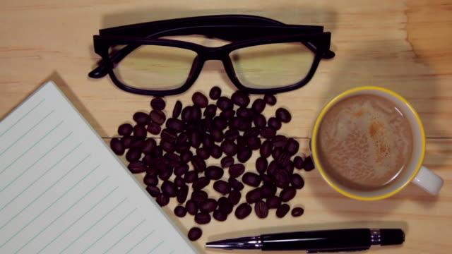 木のデスクと本棚、オフィス備品のコーヒーをお楽しみください。 - 空白の画面点の映像素材/bロール
