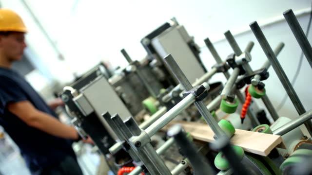 stockvideo's en b-roll-footage met houtbewerking-lijn. - productielijn werker