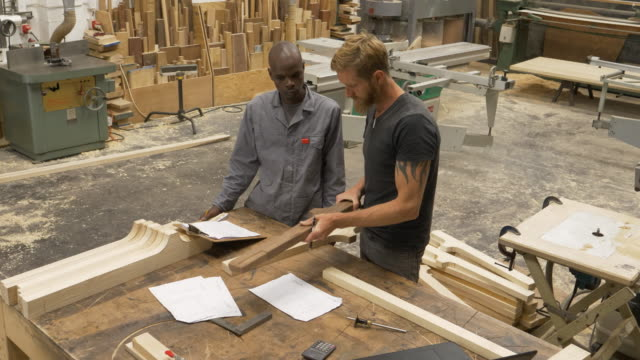 vidéos et rushes de wood workers in a furniture factory - enseigner