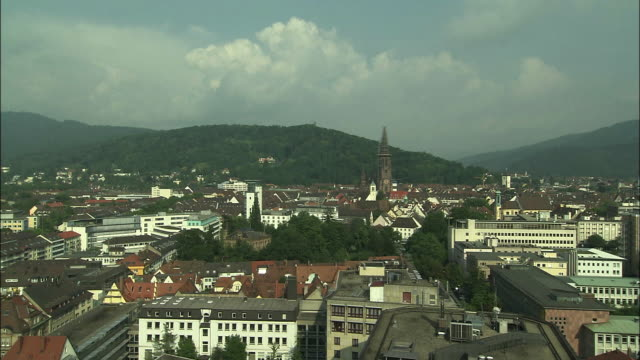 vídeos y material grabado en eventos de stock de wooded mountains surround freiburg, germany. - baden wurttemberg