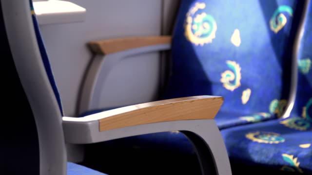 hölzerne Armlehne des leeren Sitz in Zug in Deutschland