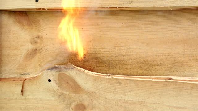 hölzerne hintergrund raucht aus dem feuer. - brennbar stock-videos und b-roll-filmmaterial