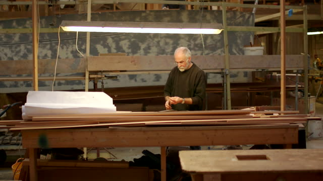 vídeos de stock, filmes e b-roll de wooden boat and yacht craftsmen - oficina de trabalho