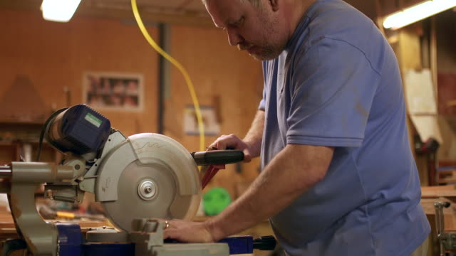vídeos de stock, filmes e b-roll de wooden boat and yacht craftsmen - serra circular