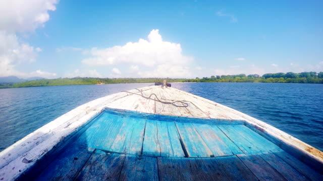 Houten boot boog versnellen aan Indonesische zee