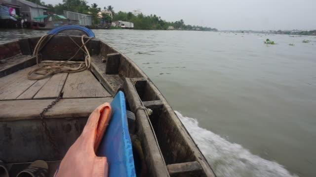 barca in legno in viaggio lungo il fiume mekong - vietnam meridionale video stock e b–roll