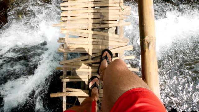 vidéos et rushes de pont en bois sur une petite rivière dans une forêt tropicale dans le centre de bali - vertige