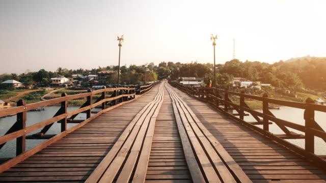 vidéos et rushes de pont en bois au-dessus de la rivière (mon pont) au district de sangklaburi, kanchanaburi, thaïlande. - footpath