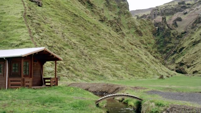 Holzhütten, umgeben von Bergen
