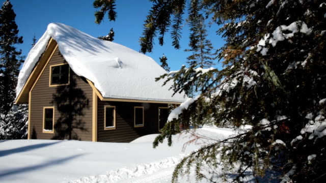 cottage in legno, registro casa, casetta di legno in inverno - chalet video stock e b–roll