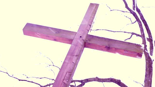 vídeos de stock, filmes e b-roll de cruz de madeira, neve - símbolo conceitual
