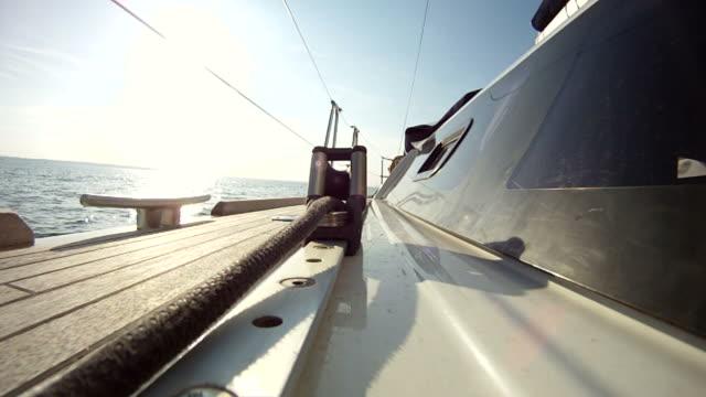 vídeos de stock e filmes b-roll de deck de madeira de um iate barco à vela - convés