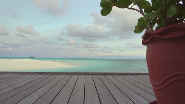 houten vloer en strand op achtergrond