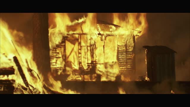 stockvideo's en b-roll-footage met ws wooden house burning - breedbeeldformaat
