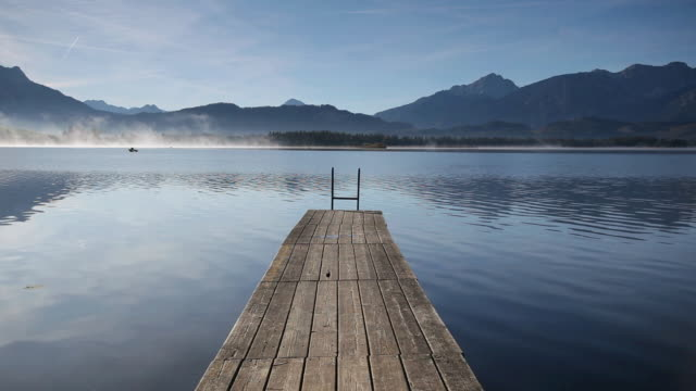 ws wooden jetty on lake hopfensee / hopfen am see, bavaria, germany - 突堤点の映像素材/bロール