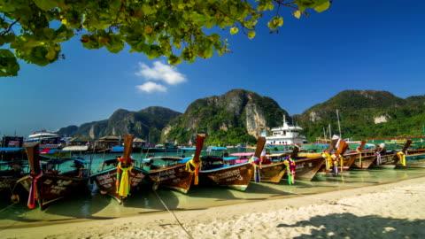 vídeos y material grabado en eventos de stock de larga cola de madera con barco, phi phi island, thailand - islas phi phi